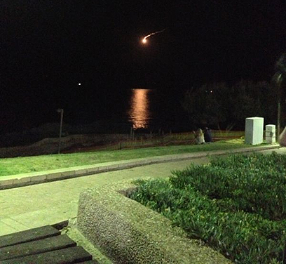 פצצת תאורה מול חוף נתניה  (צילום: רוני גיל-עד)