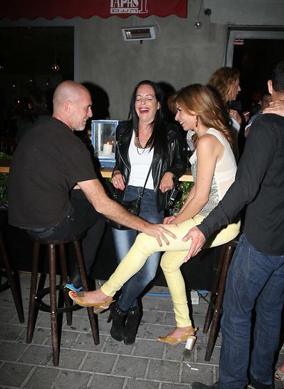 מה מצחיק כל כך? דץ, מיכל אמדורסקי ומוטי רייף מריצים דחקות (צילום: מוטי לבטון)