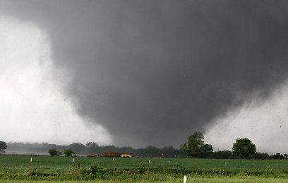 """הטורנדו באוקלהומה נע במהירות של יותר מ-300 קמ""""ש (צילום: AP)"""