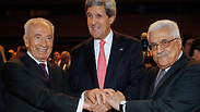 Peres, Abbas and Kerry at the World Economic Forum conference in Jordan (Archive) Photo: Reuters