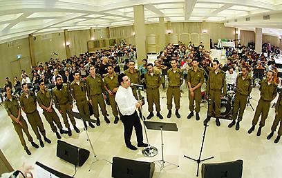 """תמיד רציתי לשיר למען החיילים, לעשות עבורם משהו שלא נעשה קודם"""" (צילום: מנדי הכטמן)"""