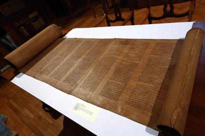 ספר התורה העתיק שנחשף בספרייה בבולוניה (צילום: EPA)