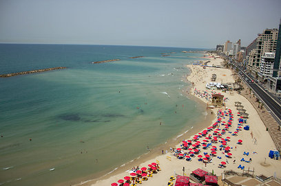 Tel Aviv beach in summer (Aerial photo: Skylens)