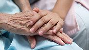 """חשד: מטפלת תקפה בת""""א קשישה בת 104"""