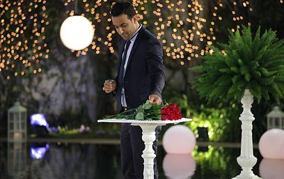"""מי תקבל את הוורד? דודו אהרון הוא """"הרווק"""" (צילום: ורד אדיר)"""