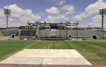 כר הדשא יכוסה והאיצטדיון יחולק לגושי מושבים (צילום: עידו ארז)