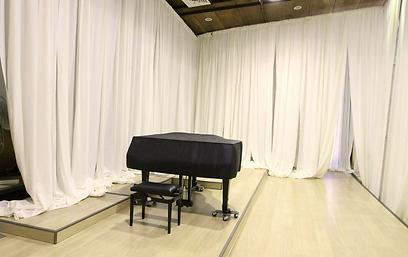 פסנתרים יוצבו לחזרות מאחורי הקלעים (צילום: עידו ארז)