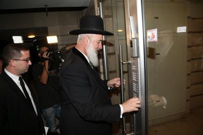 """חוזר לביתו, אחרי יום במשרדי יאח""""ה. הרב מצגר (צילום: מוטי קמחי)"""