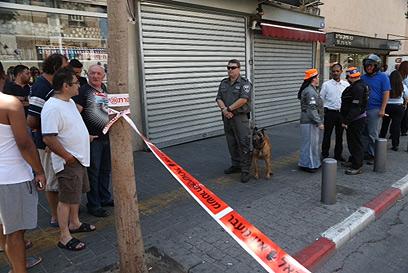 השתוללות שנגמרה עם שישה פצועים. תל-אביב, הבוקר (צילום: מוטי קמחי)