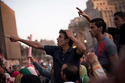 מפגינים בתחריר. הנשיא במגננה (צילום: AP)