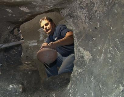 כך נמצאו הכלים במחילות שבמעמקי האדמה (צילום: אלי מנדלבאום)