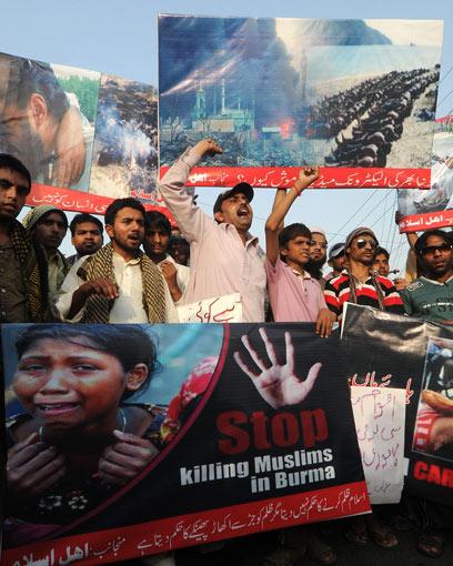 הנרדפים יחברו לג'יהאדיסטים. הפגנה בפקיסטן נגד אלימות נגד מוסלמים במיאנמר (צילום: AFP)