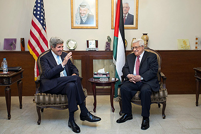 US Secretary of State John Kerry and Palestinian negotiator Saeb Erekat (Photo: AFP)