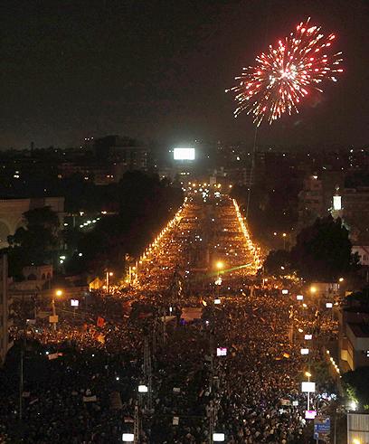 מאות אלפים בכיכר הנשיאותית בקהיר (צילום: רויטרס)