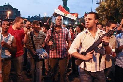 שוטרים בבגדים אזרחיים בהפגנה בגיזה (צילום: AP)