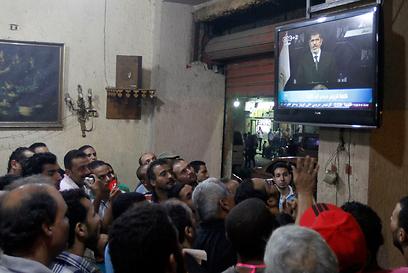צופים בנאום בקהיר (צילום: רויטרס)