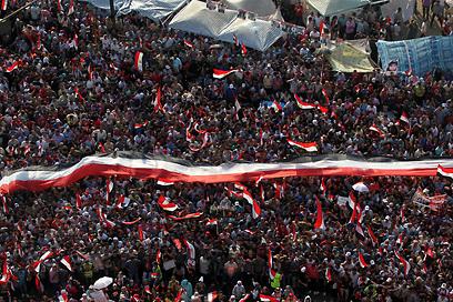 מפגינם בכיכר תחריר בקהיר אמש (צילום: EPA)