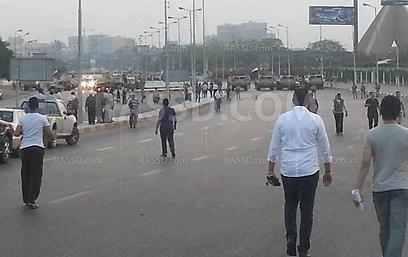 כלי רכב צבאיים וטנקים קרוב למפגינים תומכי האחים המוסלמים ()