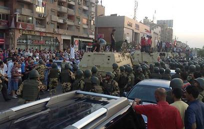 משוריינים באזור המסגד שלידו מפגינים תומכי מורסי ()