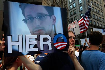 """""""גיבור"""". מפגין למען סנואודן בחגיגות 4 ביולי בבוסטון  (צילום: רויטרס)"""