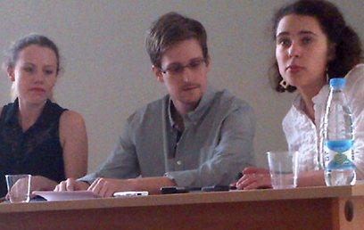 סנואודן בפגישה, כשלצדו פעילות זכויות אדם (צילום: Getty Images  )