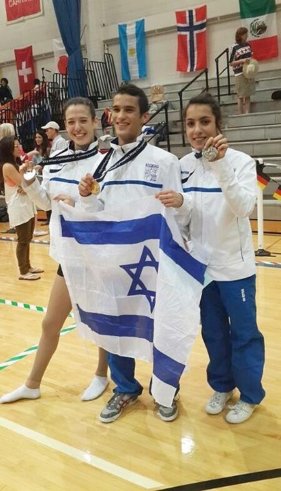 הזוכים הישראלים מציגים את המדליות (צילום: ערן להב)