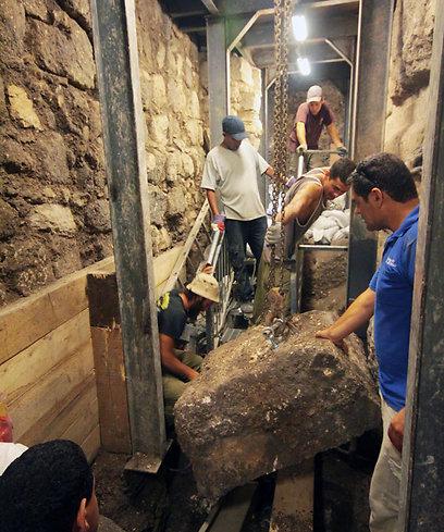 """""""אנחנו שולחים את העפר לסינון, וכבר נמצאו כאן מאות מטבעות ברונזה, כלי חרס, כלי אבן וממצאים אחרים"""". שוקרון במעבה האדמה (צילום: ולדימיר נייחין באדיבות עיר דוד)"""