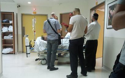 הפצוע בבית החולים שערי צדק. מצבו יציב (צילום: אלי מנדלבאום)
