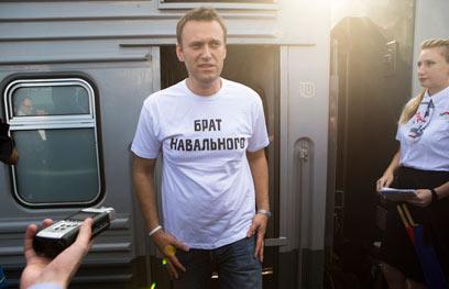 """נבלני מדבר עם כתבים, לובש חולצת """"האח של נבלני"""" (צילום: AP)"""