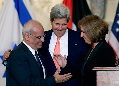 Peacemaker: John Kerry with Saeb Erekat and Tzipi Livni (Photo: Reuters) (Photo: Reuters)