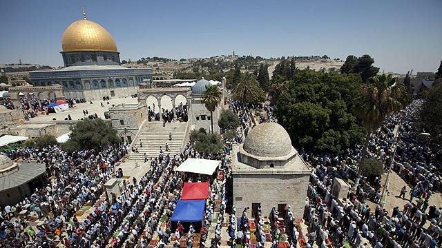 Palestinians praying at Temple Mount (Photo: AFP)