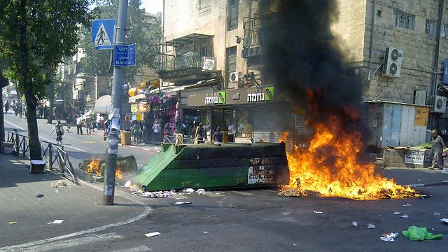 Haredi riots Monday morning (Photo: Jerusalem Fire and Rescue)