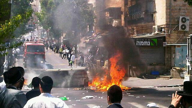 Burned trash bins, blocked streets (Photo: Jerusalem Fire and Rescue)