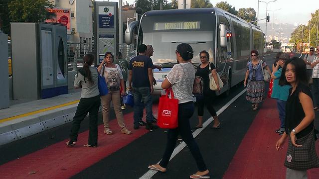 """המטרונית בחיפה. """"אמינות ויעילות של רכבת קלה לצד גמישות המתאפשרת בהפעלת שירות אוטובוסים"""" (צילום: יוסי מלכה)"""