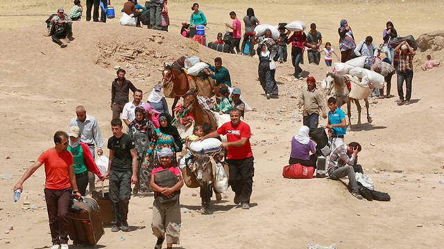 Syrian refugees crossing the border into Iraq in August (Photo: AP)