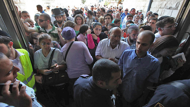 תור לחלוקת ערכות מגן בירושלים בשבוע שעבר (צילום: גיל יוחנן)