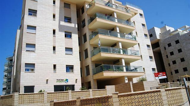 בניין מגורים של חנן מור בנס ציונה. זכה לתקן הישראלי (צילום: מירית שלבי )