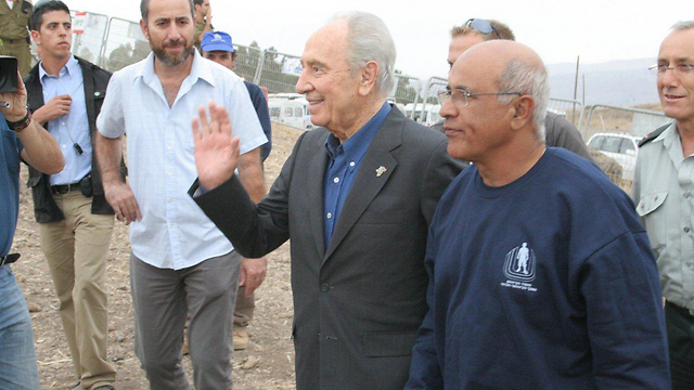 Avigdor Kahalani with President Peres (Photo: Yosef Avi Yair Engel)