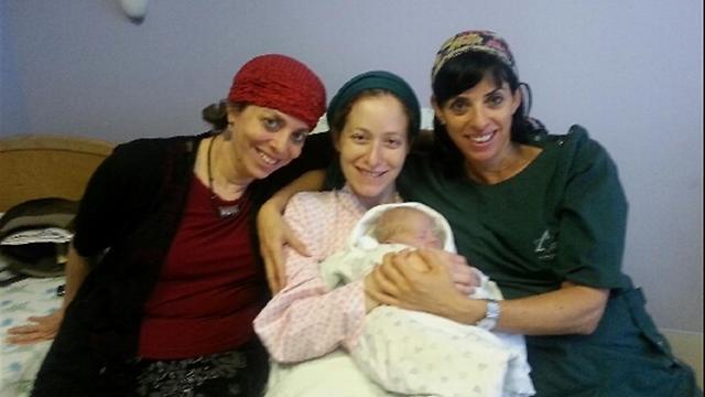 """המיילדת/דודה פנינה (מימין), עדי והתינוקת והאמא/סבתא תהילה (באדיבות בית החולים """"לניאדו"""")"""