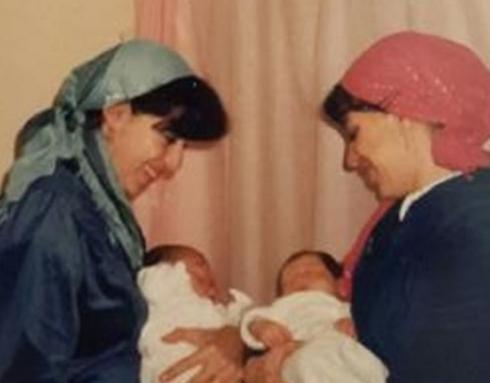 """פנינה ותהילה בבית היולדות, לפני 26 שנה (באדיבות בית החולים """"לניאדו"""")"""