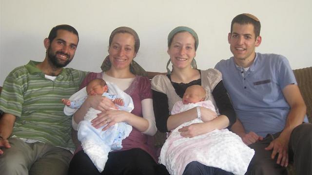 התאומות עדי (מימין) ולאה עם בני זוגן והתינוקות הטריים