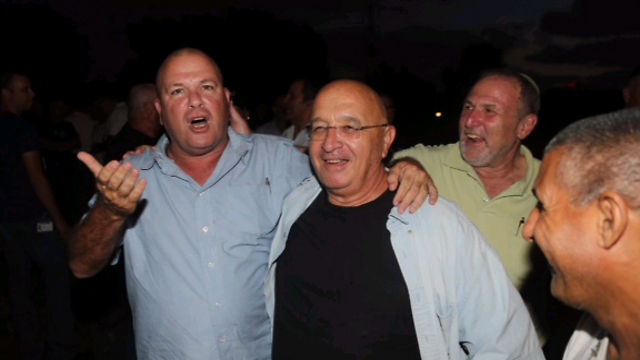 """והשבוע - ארליך (משמאל) עם """"המקרר"""" נורבר (צילום: מוטי קמחי)"""