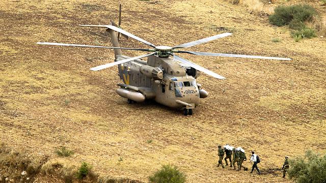 חילוץ גופתו של חזן (צילום: AFP)