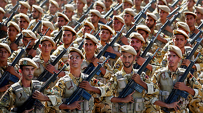 Iranian Revolutionary Guard soldiers (Photo: AP)