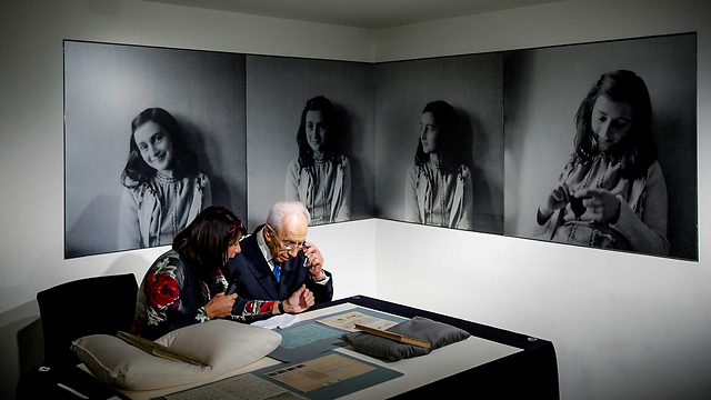 Shimon Peres at the Anne Frank museum (Photo: EPA)