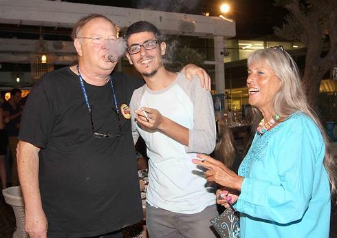 אחוות מעשנים. יגאל שילון, אשתו זהבה וקותי סבג (צילום: ענת מוסברג)