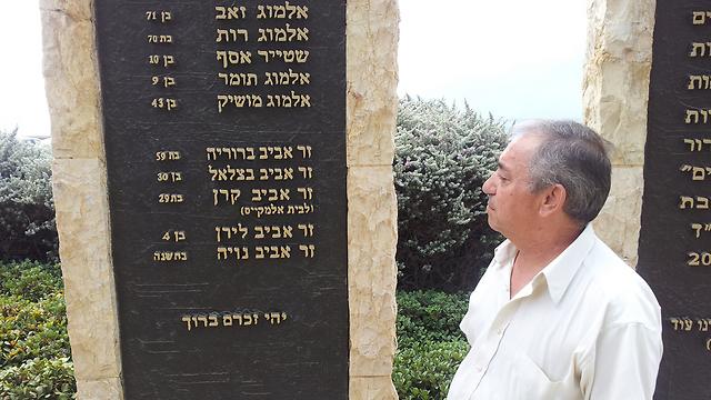 """אלמקייס ליד אנדרטת הזיכרון (צילום: אחיה ראב""""ד)"""