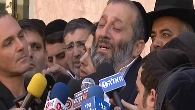 Aryeh Deri mourns Yosef's death (Photo: Avi Peretz)