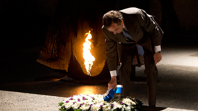 Samaras lays a wreath (Photo: EPA)
