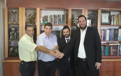 """ראשי הסיעות הדתיות עם אהד במעמד חתימת ההסכם (צילום: יח""""צ)"""